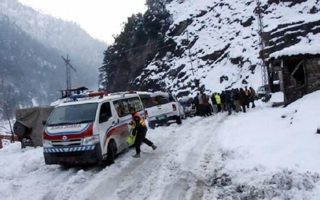 Segundo informações, diversas pessoas seguem presas sob a neve no local da avalanche
