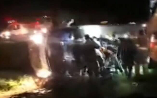 Micro-ônibus tombado após acidente em Mogi Mirim