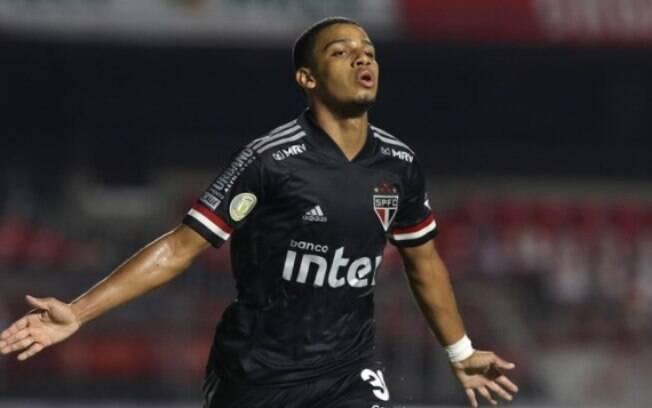 Brenner comemora um dos gols do São Paulo sobre o Atlético-GO