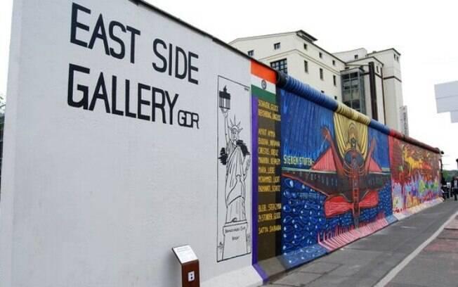 O East Side Galery é o que restou do Muro de Berlim e diversos artistas deixaram mensagens de paz no local