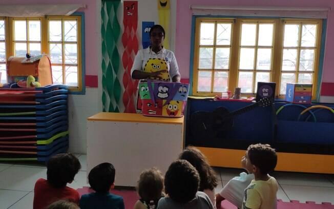 Psicóloga conversa com crianças na escolinha