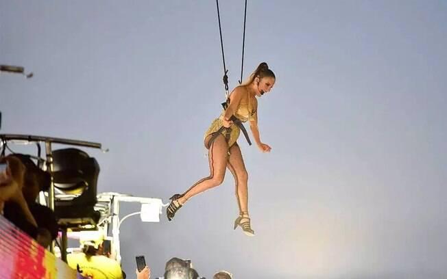 Claudia Leitte, com roupa que remete a Madonna, voa sobre o público em Salvador, no carnaval de 2020