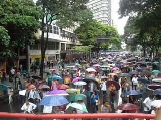 Após assembleia, categoria marchou até a porta da PBH, na avenida Afonso Pena
