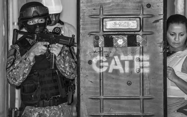 Negociadora do GATE (esq) protegida pelo time de Invasão Tática