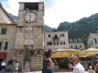 Em frente à praça das Armas, está a Torre do Relógio, de 1602