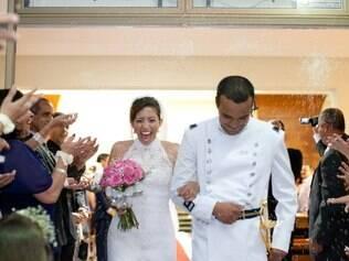 Laís e o marido recebendo uma verdadeira tempestade de arroz