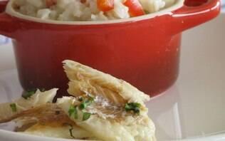 Risoto de bacalhau, brócolis ao alho e tomates recheados