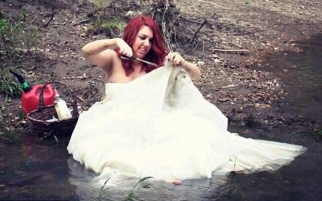 Katlynn McKee fez um ensiao fotográfico queimando o vestido de noiva