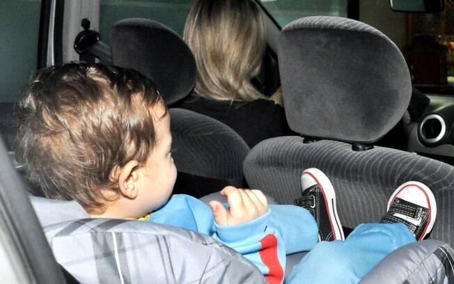 Crianças com menos de 10 anos devem sentar no banco de trás usando a cadeirinha para auto ou assento de elevação