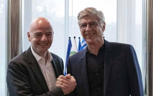 Arsene Wenger ao lado de Gianni Infantino, presidente da Fifa