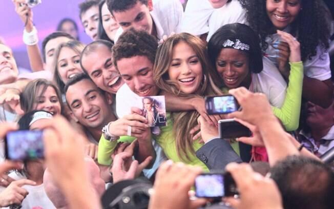 Sem estrelismo: ao final da gravação, J-Lo foi para a plateia e posou com os fãs