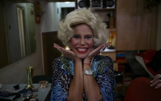 Narcisa Tamborindeguy testa a peruca e a maquiagem de Marilyn Monroe para o carnaval