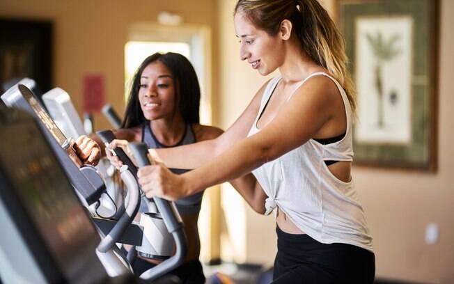 Fora cuidar da dieta e pensar em alimentos que ajudam a queimar gordura, vale investir em exercícios para entrar em forma