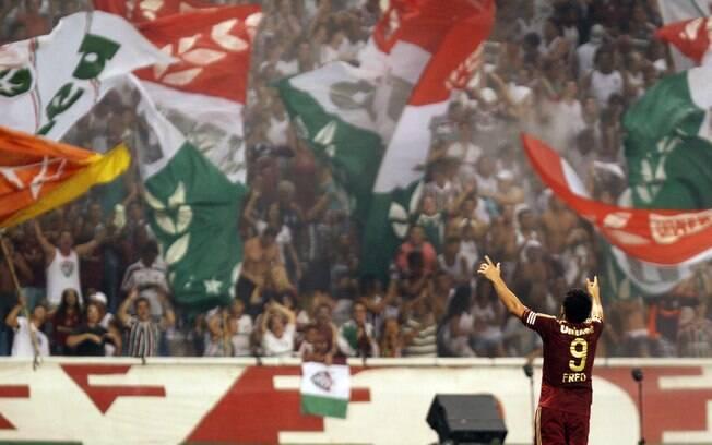 Fred comemora seu gol com a torcida do  Fluminense