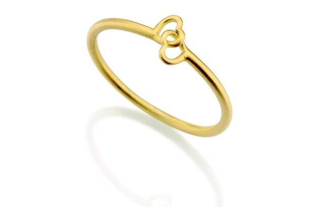 6ccc10bdc90 Dois corações entrelaçados formam esta aliança de ouro amarelo de Antonio  Bernardo