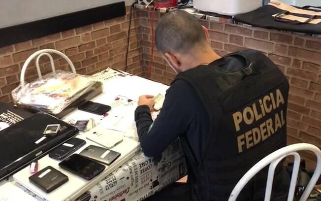 Policiais federais cumprem mandados de busca e apreensão em endereços dos investigados na 66ª fase da Lava Jato.