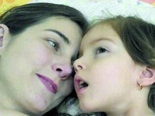 Melhora. Pais de Anny, 4, contam que a menina chegou a ter mais de 80 convulsões por semana