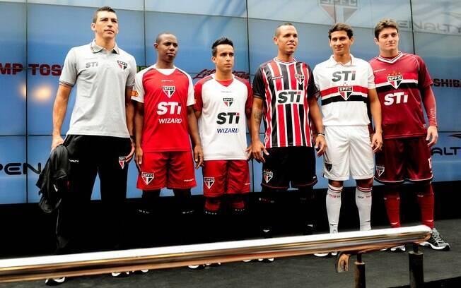 Jogadores apresentam os novos uniformes do  São Paulo