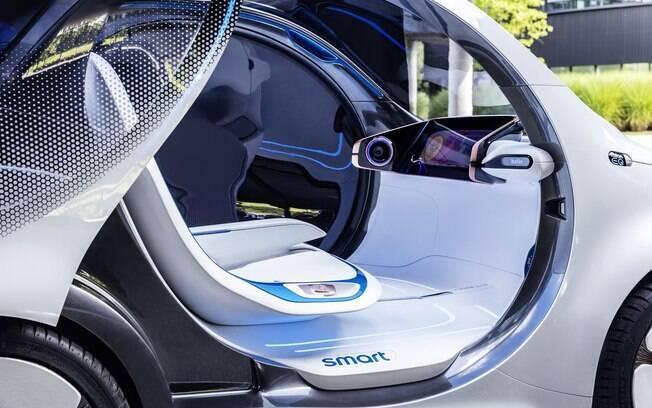 Por dentro não ha comandos como volante, acelerador e pedal de freio. Apenas uma tela grande embutida no painel