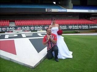 Juliana e Fernando conseguiram permissão para posar junto ao símbolo do São Paulo: duas paixões