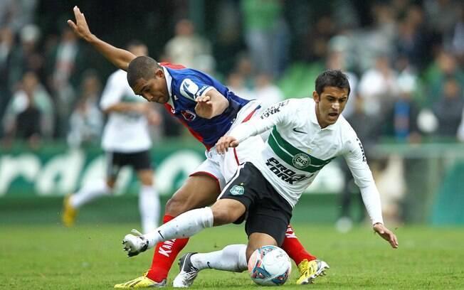 Robinho e Ricardo Conceição disputam a bola  durante o clássico paranaense