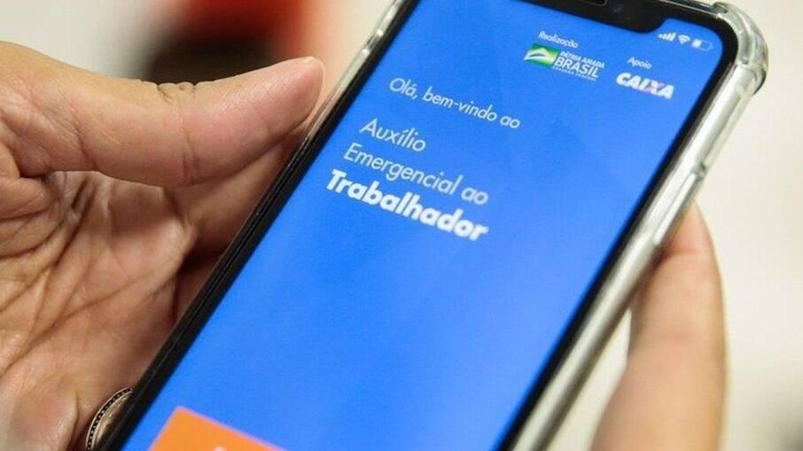 Aplicativos falsos do auxílio emergencial se disseminam em celulares Android