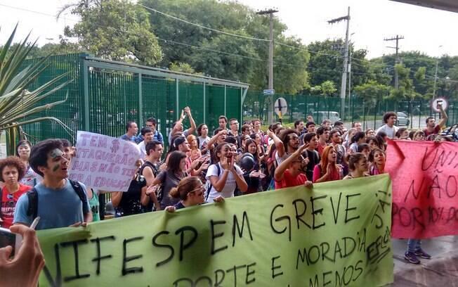 Alunos da Unifesp protestam em frente à reitoria durante Fórum em Defesa da Educação Superior Pública (10/04/2015)