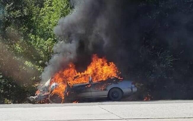 Patrulha Rodoviária da Califórnia foi acionada para socorrer envolvidos no acidente e apagar chamas do veículo
