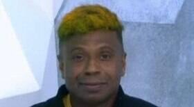 Comentarista perde aposta e aparece com cabelo pintado