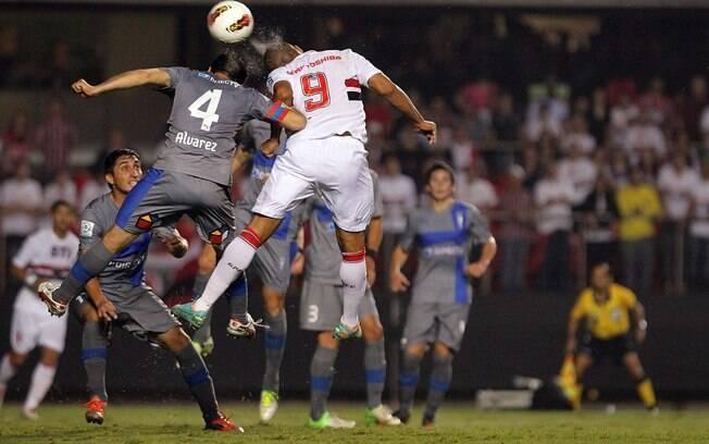Luis Fabiano sobe e tenta cabeceio no duelo  contra a Católica