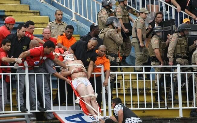 Torcedor do Atlético-PR é resgatado da arquibancada da Arena Joinville após ser espancado