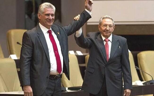 Novo presidente de Cuba desde abril deste ano, Miguel Díaz-Canel, ao lado do seu antecessor, Raúl Castro