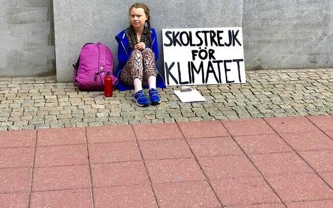 Greta se senta em frente ao parlamento, sempre com a mesma placa