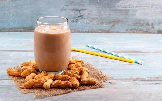 Milkshake com banana e pasta de amendoim é uma bebida refrescante e rica em proteína e gorduras boas para o organismo