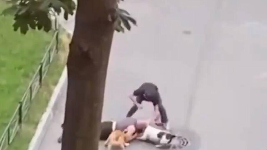 Homem protege cachorro de estimação de ataque com o próprio corpo