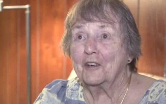 Ao ouvir seu cachorro latir às duas manhã, a idosa Patricia Mulkeen encontrou um ladrão tentando invadir sua residência