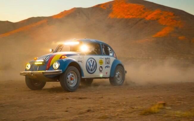 Volkswagen Fusca Baja 1000: o clássico recebe acessórios de corrida e segue com a tradição do Fusca nas corridas. Foto: Divulgação