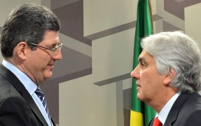 O ministro da Fazenda, Joaquim Levy, cumprimenta Amaral, presidente de comissão no Senado