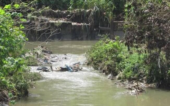 Chuvas intensas transbordam Córrego de Perus e causam enchentes na região