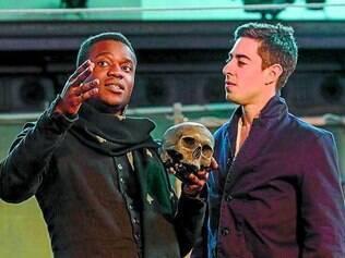 Ser ou não ser? Elenco usa do humor em cena na grande marca da peça: a caveira na mão de Hamlet