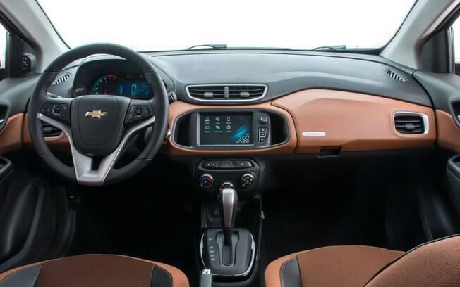Interior com partes pintadas de um tom de marrom alaranjado fazem parte dos itens exclusivos da versão Activ do Onix