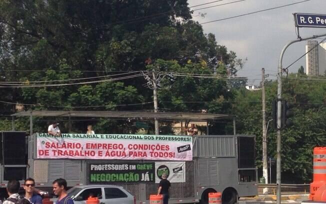 Em greve, professores da rede estadual fazem ato em frente ao Palácio dos Bandeirantes