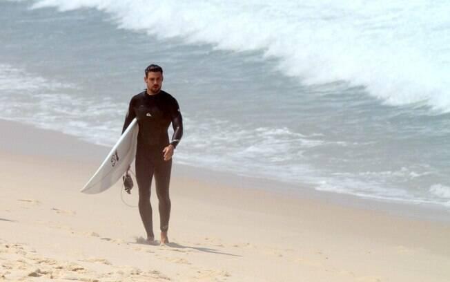 Cauã Reymond deixa a praia após sessão de surf