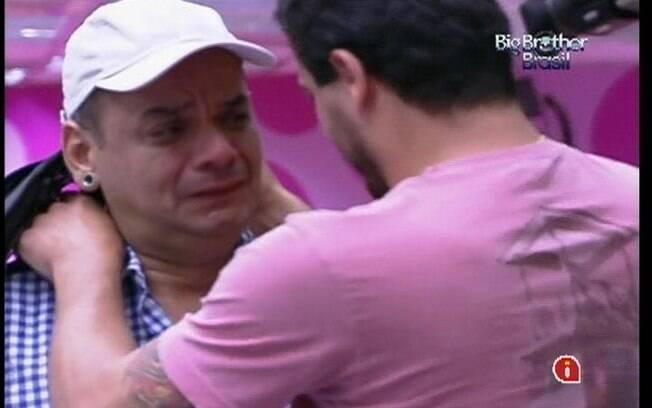 João chora enquanto conversa com Rafa