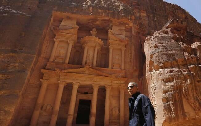De jaqueta preta e óculos escuros, presidente dos EUA visita a cidade antiga de Petra, Jordânia (23/3/2013)