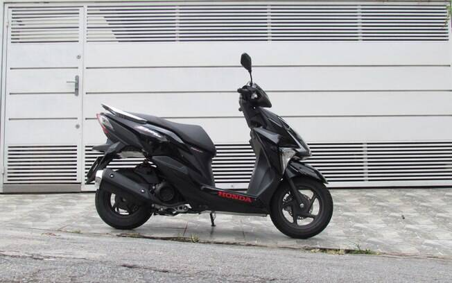 O Honda Elite 125 oferece praticidade e versatilidade para o uso na cidade. Veja mais impressões a seguir