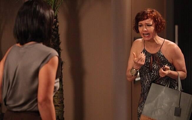 Abusada, Marcela vai até o apartamento de Esther