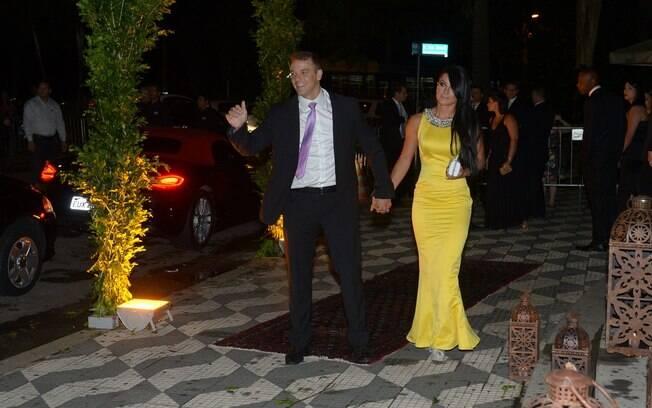 Rogério Padovan e sua namorada chegando ao casamento