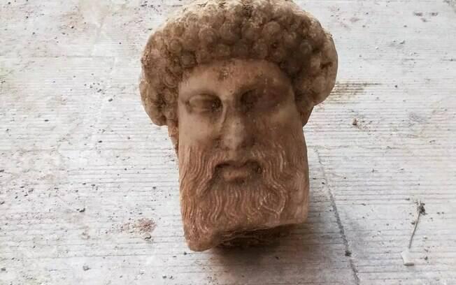 A cabeça parece ser de cerca de 300 a.C. a início do século III