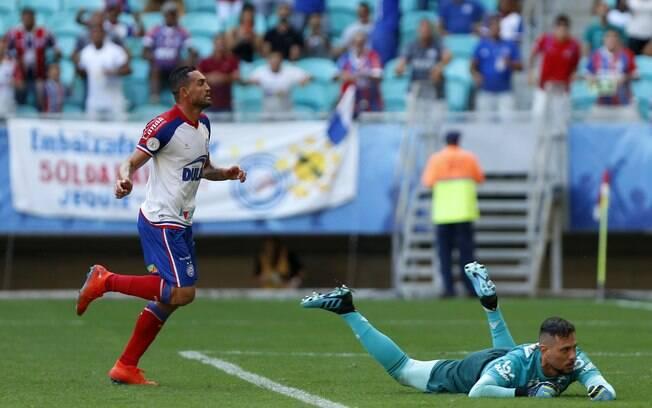Gilberto deitou e rolou na Fonte Nova: três gols e ótima vitória do Bahia sobre o Flamengo de Diego Alves, que falhou